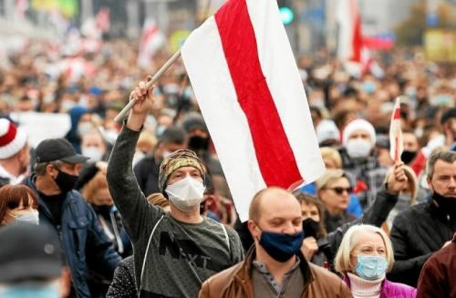 des-dizaines-de-milliers-de-manifestants-continuent-de-se_5368875_676x443p.jpg