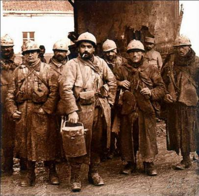 French_soldiers_waiting_for_their_meal_verdun.jpg