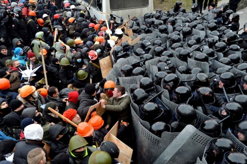 protesters-clash-with-riot-police-d1ac-diaporama.jpg