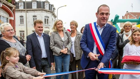 le-maire-front-national-d-henin-beaumont-steeve-briois-dans-sa-commune-le-14-septembre-2014_5293111.jpg