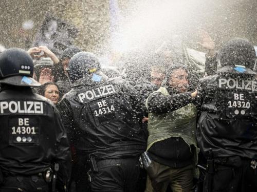 24340942-die-polizei-draengt-die-teilnehmer-der-demonstration-gegen-die-corona-einschraenkungen-der-bundesregierung-vor-dem-brandenburger-tor-mit-wasserwerfern-3le9.jpg