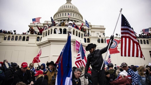 La-foule-devant-le-Capitole-a-Washington-ce-mercredi-apres-midi-528188.jpg