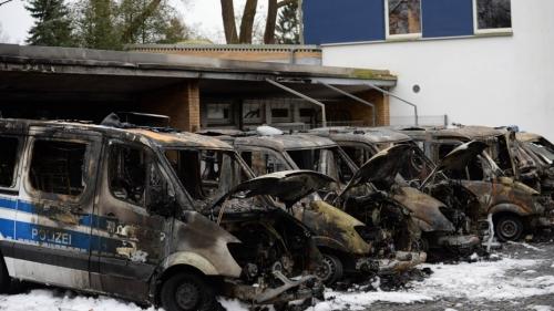 Bremen-Polizeiautos-151123_nph_imago67125364h-930x523.jpg