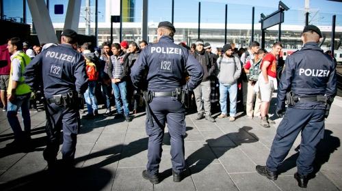 fluechtlinge-weiter-warten-auf-sonderzug-nach-deutschland-41-60454607.jpg