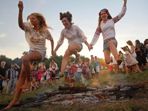 7jul2013---ucranianas-pulam-fogueira-durante-celebracao-de-ivan-kupala-tradicional-festival-da-cultura-eslava-em-kiev-na-ucrania-neste-domingo-7-1373211754577_1024x768.jpg